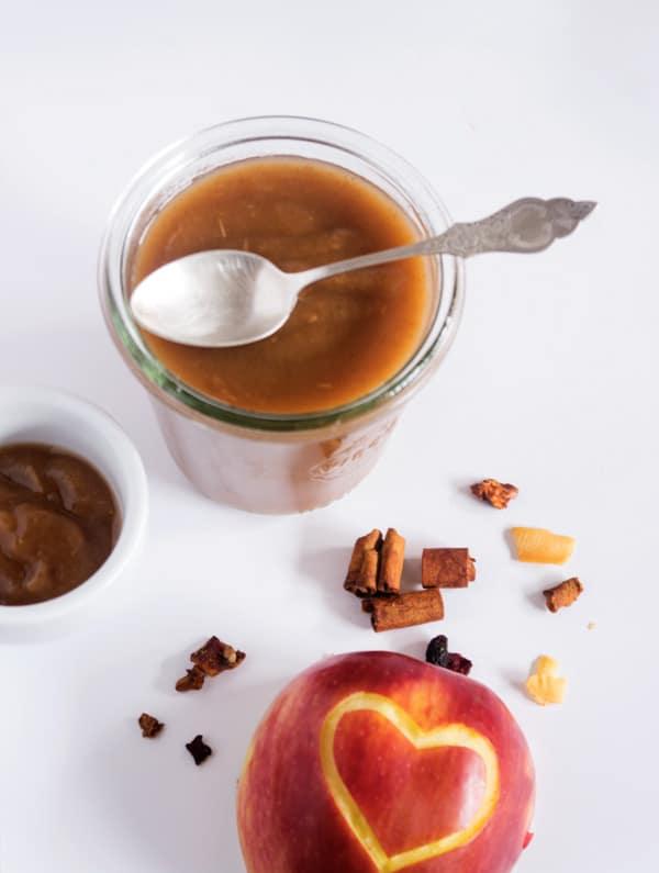 Apfelmus in einem Weckglas mit einem Löffel von oben fotografiert