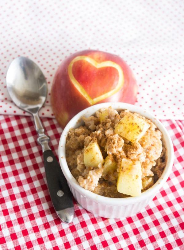 Apfelkuchen-Porridge in weißer Schüssel von oben fotografiert
