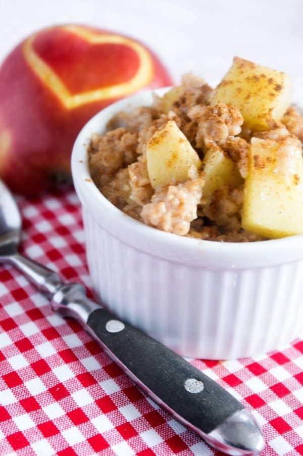 apfelkuchen-Porridge in einer kleinen weißen Schüssel mit Zimt bestreut