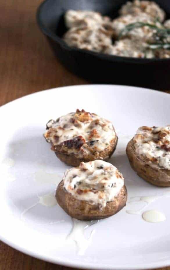 Mit Ziegenkäse, getrockneten Tomaten und Rosmarin gefüllte Champignons, extrem lecker und einfach zuzubereiten. www.einepriselecker.de
