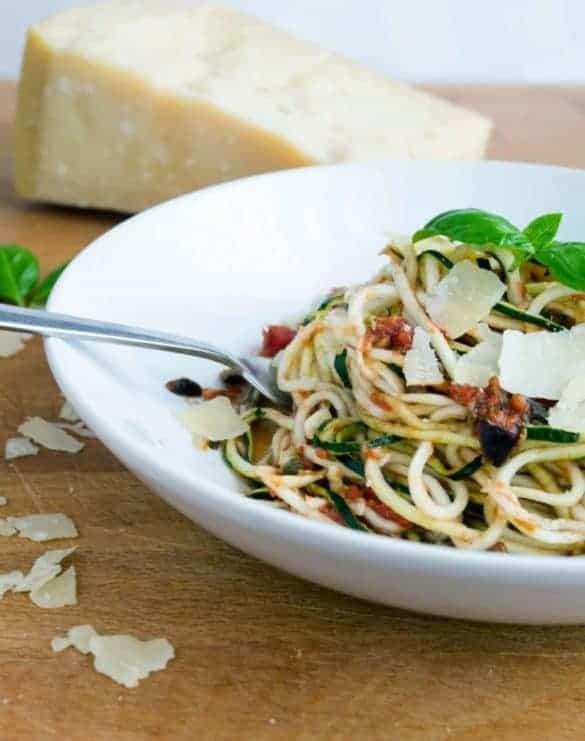 Zoodles alla Puttanesca - würzig, kräftige Sauce mit Zucchini Nudeln, super lecker! www.einepriselecker.de