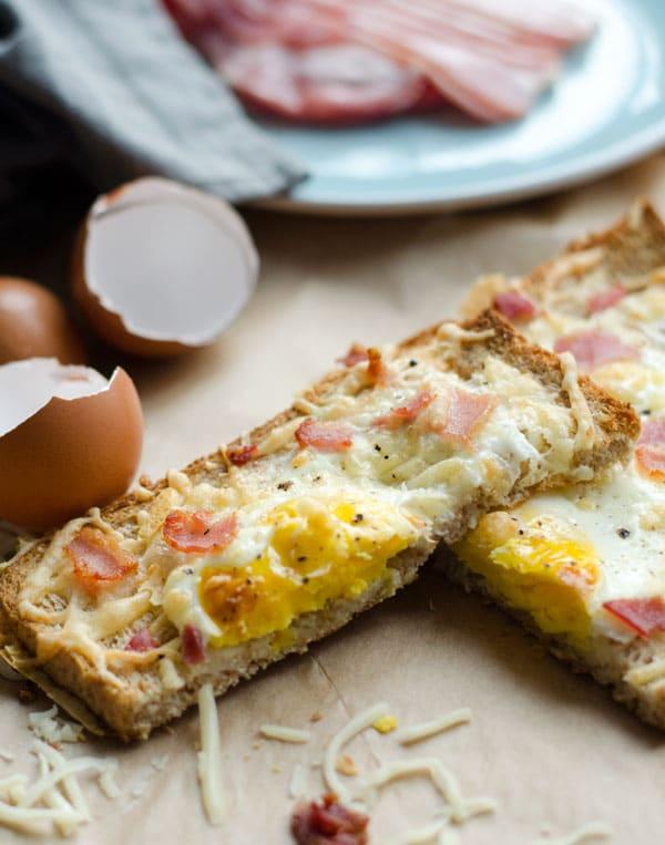 zwei halbe Scheiben Frühstückausflauf übereiander