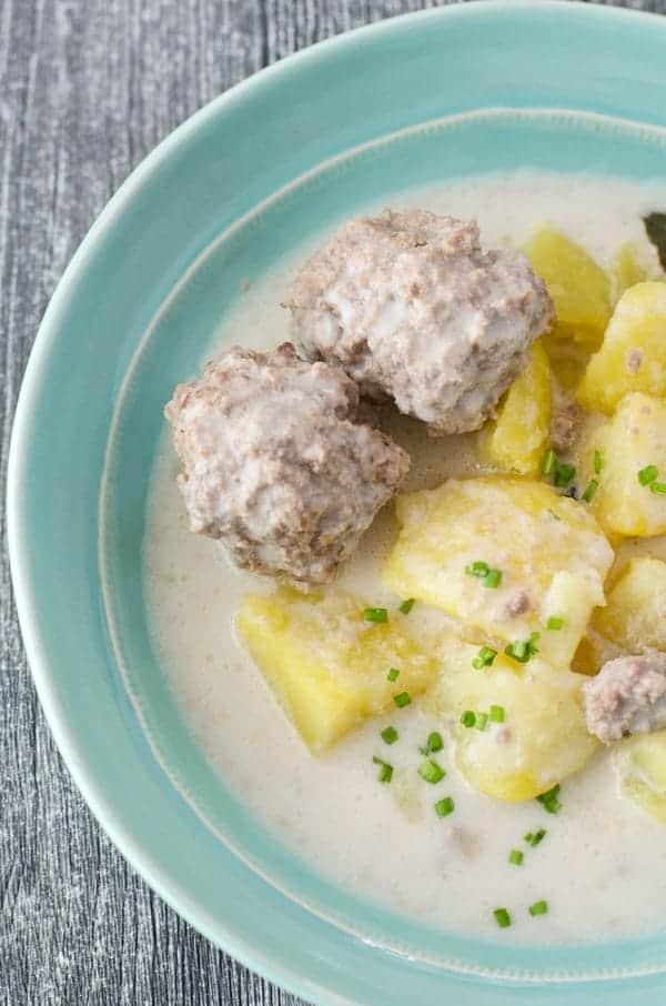 Klopse mit Kartoffeln und heller Sauce, von oben fotografiert, Nahaufnahme