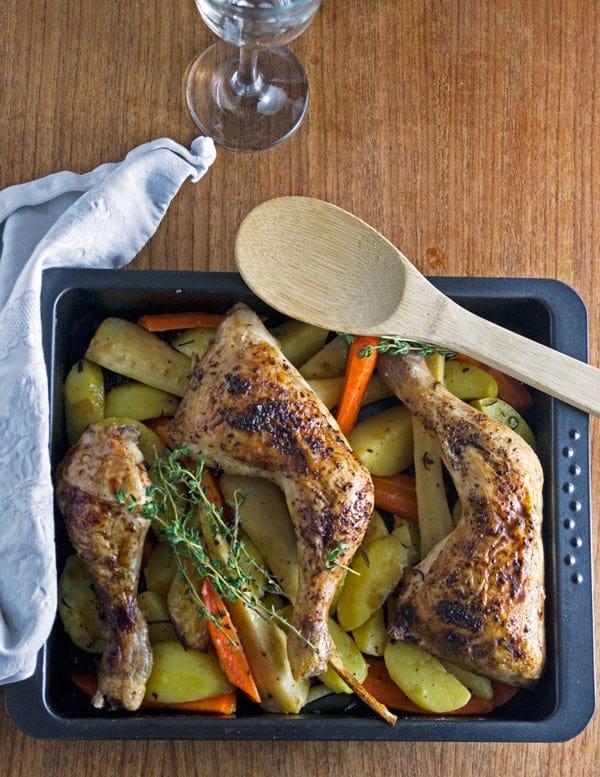 Ofengemüse mit Hähnchenschenklen. Kaum Arbeit, grandioses Ergebnis. Voller Geschmack in nur einer Form. www.einepriselecker.de