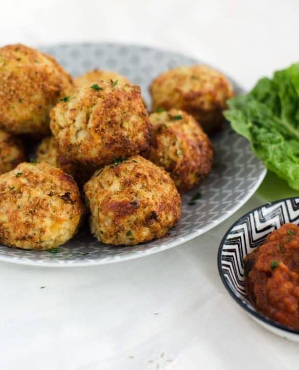 Cheesy cauliflower-mozzarella-balls. Delicious and easy to prepare. Recipe in english and german.