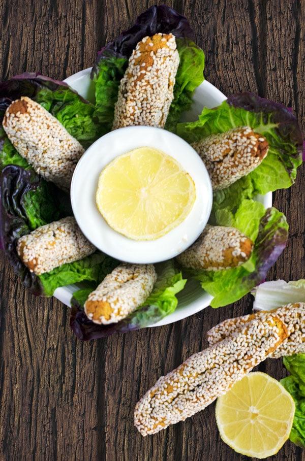Im Ofen gebackene, kalorienarme Falafelsticks mit Sesamkruste. Nicht trocken und schön knusprig. www.einepriselecker.de