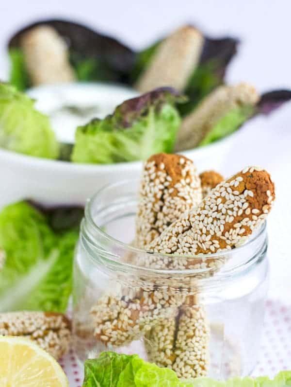 Im Ofen gebackene Falafelsticks mit Sesamkruste. Nicht trocken und schön knusprig. Recipe also in english! www.einepriselecker.de