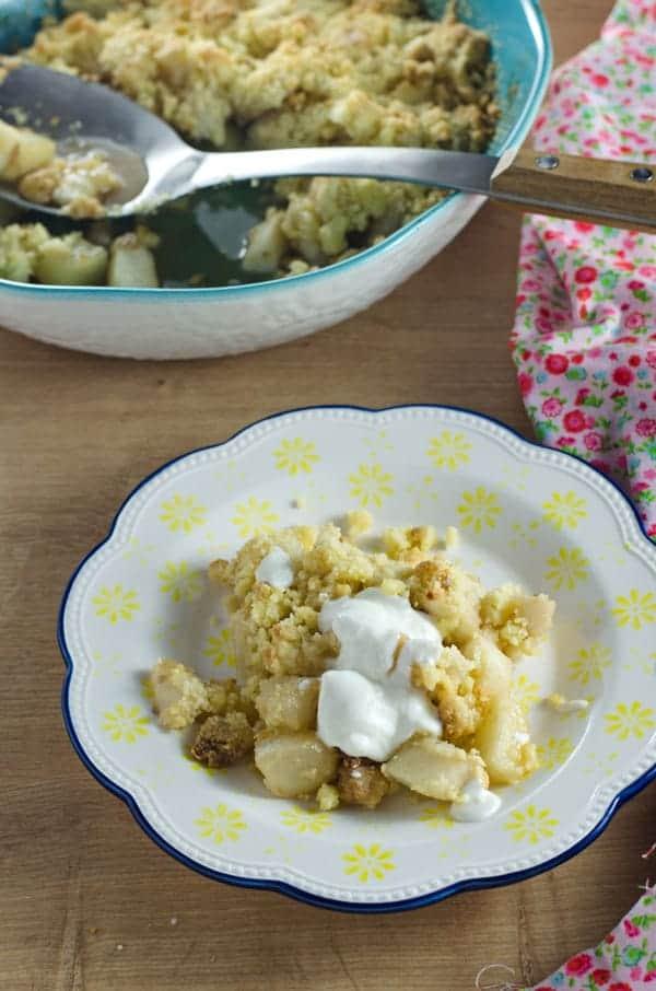 Crumble mit karamellisierten Birnen und Ricotta-Jogurtcreme. Schnell gemacht, mega köstlich.Recipe also in english. www.einepriselecker.de