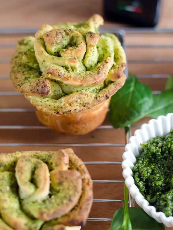Pull-apart-breadflowers mit Spinat-Pistazienpesto. Einfach gemacht, vegetarisch und ein Hingucker auf jedem Buffet. Recipe also in english! www.einepriselecker.de