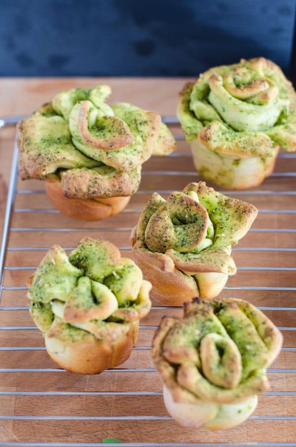 pull-apart-breadflowers mit Spinat-Pistazienpesto. Super lecker und schnell gemacht, da ohne Hefeteig. recipe also in english. www.einepriselecker.de
