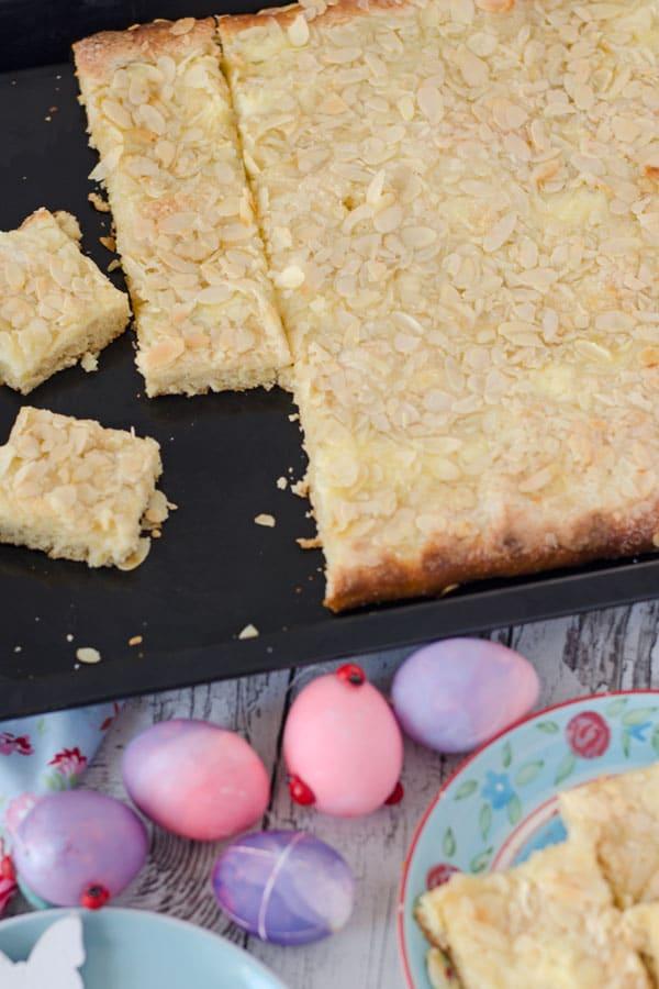 Butterkuchen auf einem Backblech in Stücke geschnitten, von oben fotogafiert