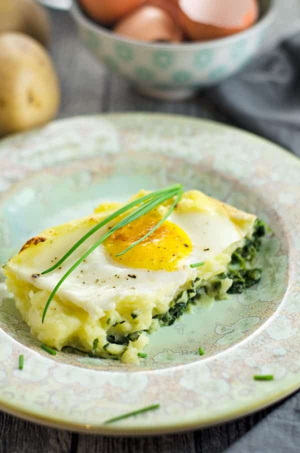 Kartoffelbreiauflauf mit selbstgemachtem Rahmspinat und Spiegelei. Kindheit pur! Mashed potatoes with spinach and eggs - as a casseriole! Easy and VERY yummy. Recipe also in english. www.einepriselecker.de