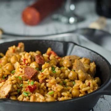 Reis mit Hähnchen, Chorizo und Kichererbsen in einer gusseisernen Pfanne