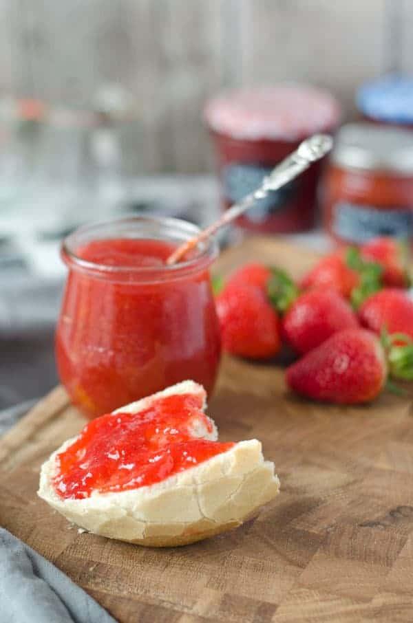 Zweierlei Erdbeermarmelade. Fruchtig, köstlich, leicht gemacht. Recipe also in english. www.einepriselecker.de