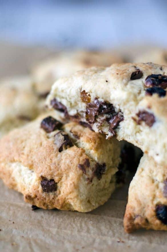 Classic cream scones with chocolate and raisins - Easy and delicious. Recipe also in english. www.einepriselecker.de