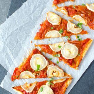 knusprig, furchtige Blätterteigtarte mit Tomaten, Zwiebeln und Ziegenkäse. Geniales Fingerfood. Recipe also in english!