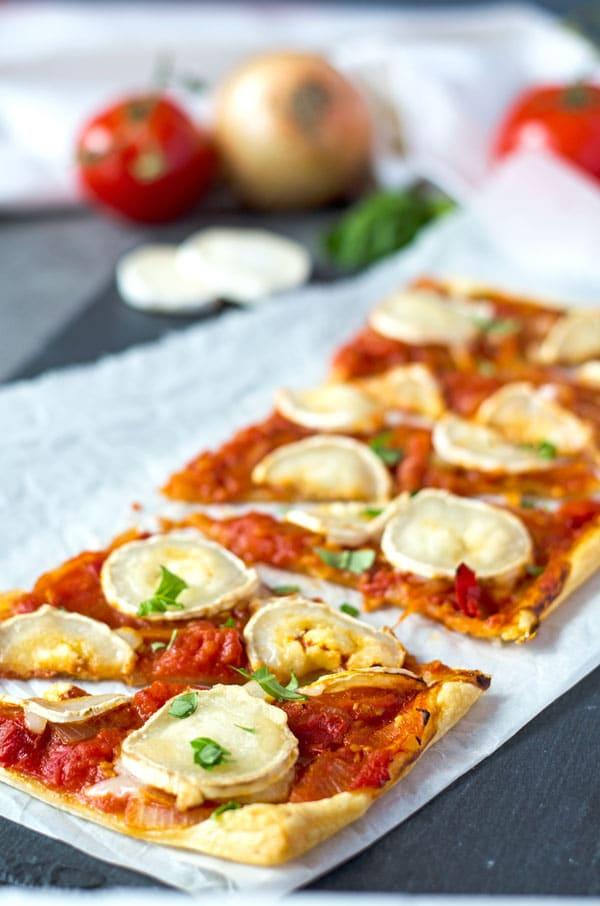 knusprig, aromatische Blätterteigtarte mit Tomaten, Zwiebeln und Ziegenkäse. Geniales Fingerfood. Recipe also in english!