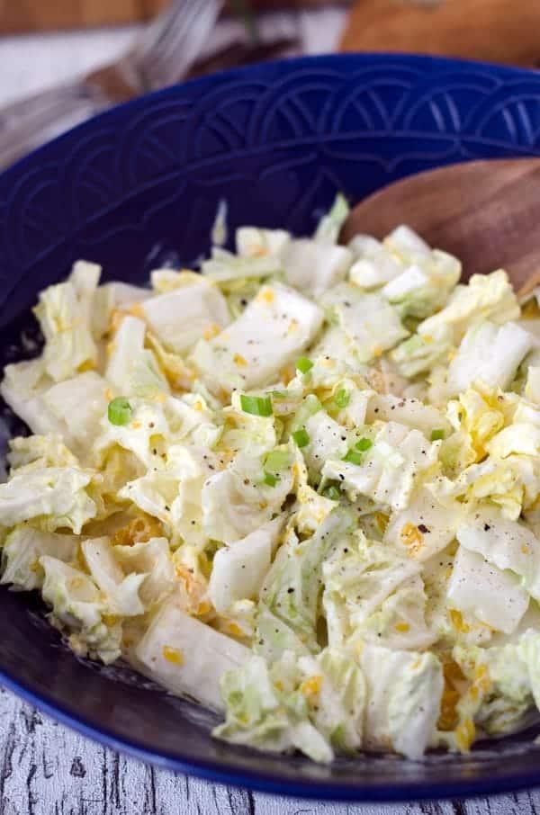 Chinakohlsalat in einer dunkelblauen Schüssel, Nahaufnahme