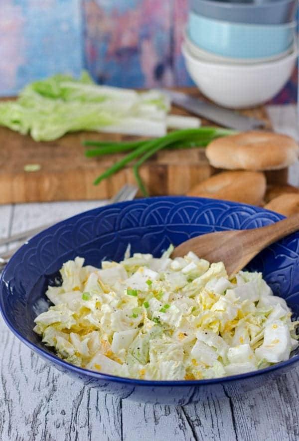 Chinakohlsalat in einer dunkelblauen Schüssel