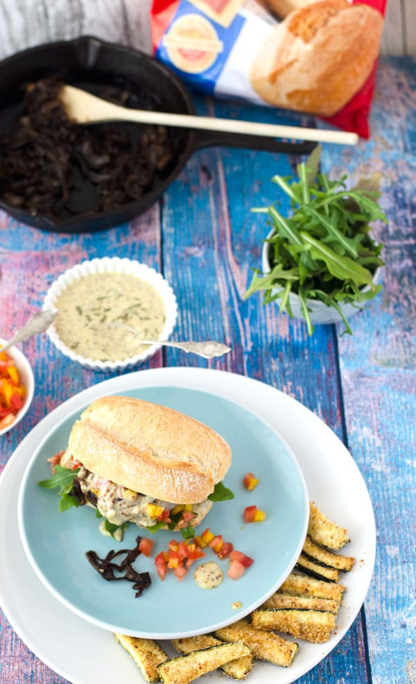Burger mit Lamm, Estragon-Senfsauce, Tomaten-Paprikasalsa und Rucola. Mega köstlich! //Burger with lamb-patties. Delicious and very aromatic. Recipe also in english!