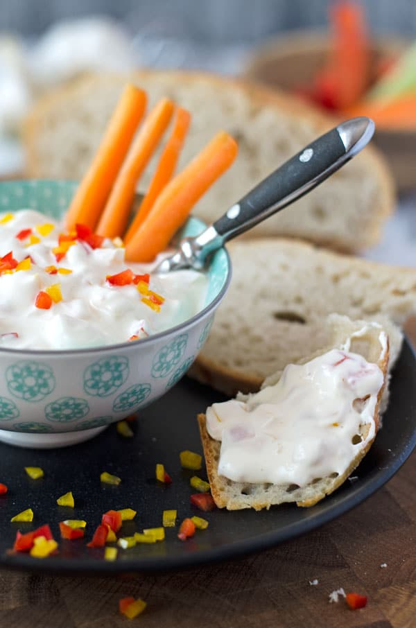 Leckerer Paprika-Dip. Frisch, cremig und würzig. Darf beim Grillen auf keinen Fall fehlen. Recipe also in english!