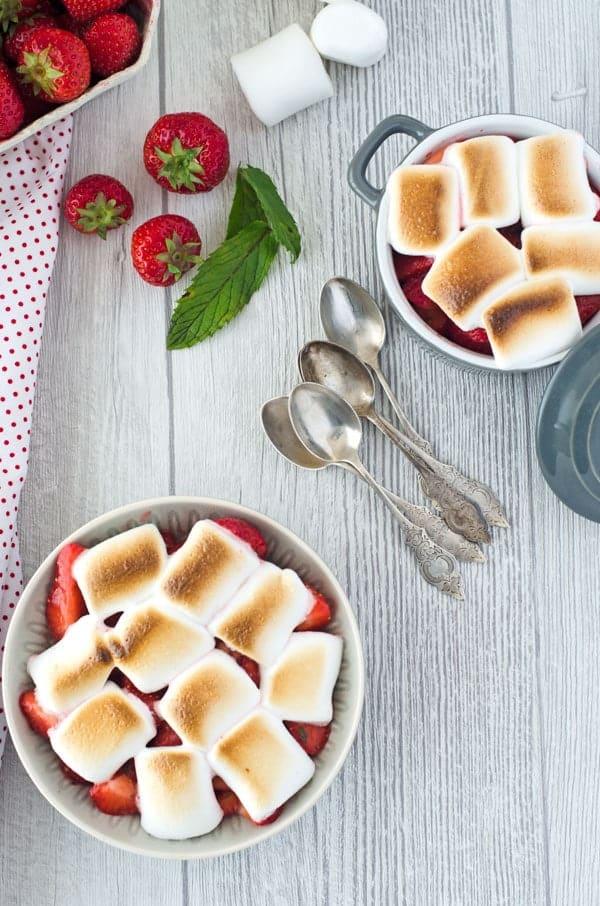 zwei Schalen mit Erdbeeren und Marshmallows überbacken