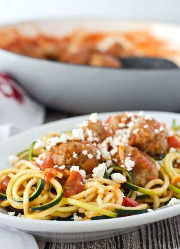 Zoodles mit Putenbällchen, aromatischer Tomatensauce und Feta// Zoodles with turkey meatballs, tomatosauce and feta. Recipe also in english!