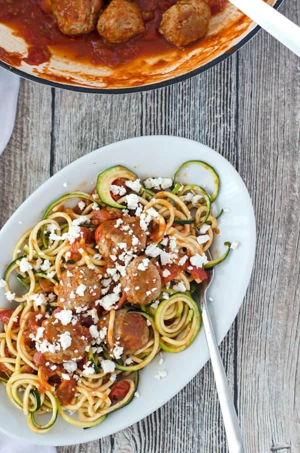 Zoodles mit Putenbällchen, aromatischer Tomatensauce und Feta// Zoodles with turkey meatballs, tomatosauce and feta. Recipe also in english!