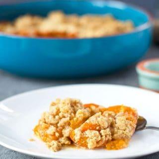 köstliches Aprikosen-Griesscrumble. Schnell gemacht, nur fünf Zutaten. Recipe also in english!