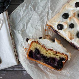 Heidelbeeren-Quark-Kuchen mit Baiserhaube. Köstlich, fruchtig, knackig.