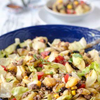 Mexikanischer Kartoffelsalat in einer dunkelblauen Schüssel in Nahaufnahme