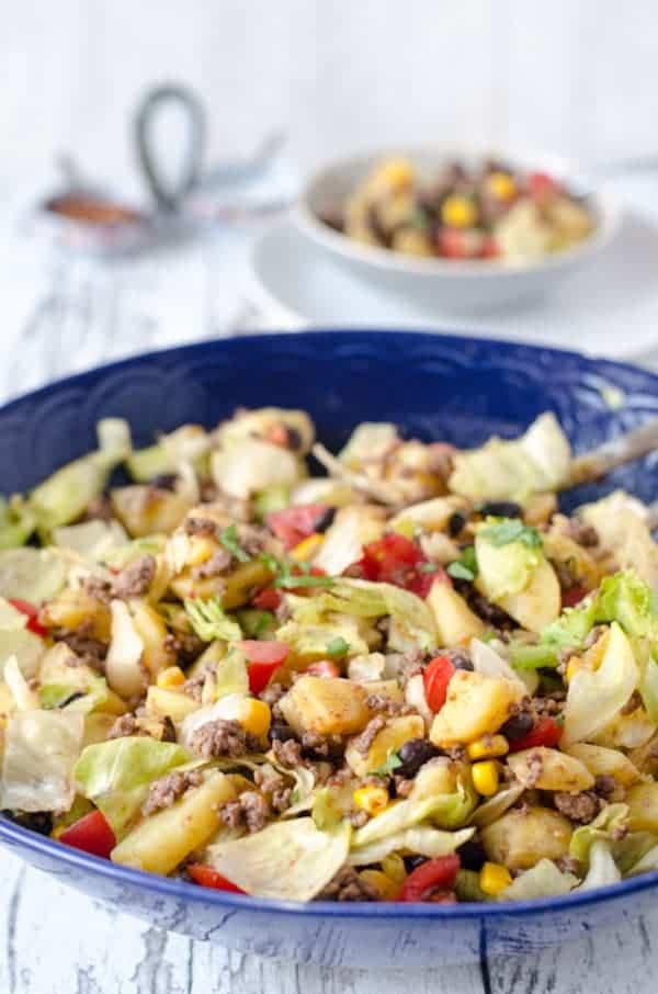 mexikanischer Kartoffelsalat in einer dunkelblauen Schüssel