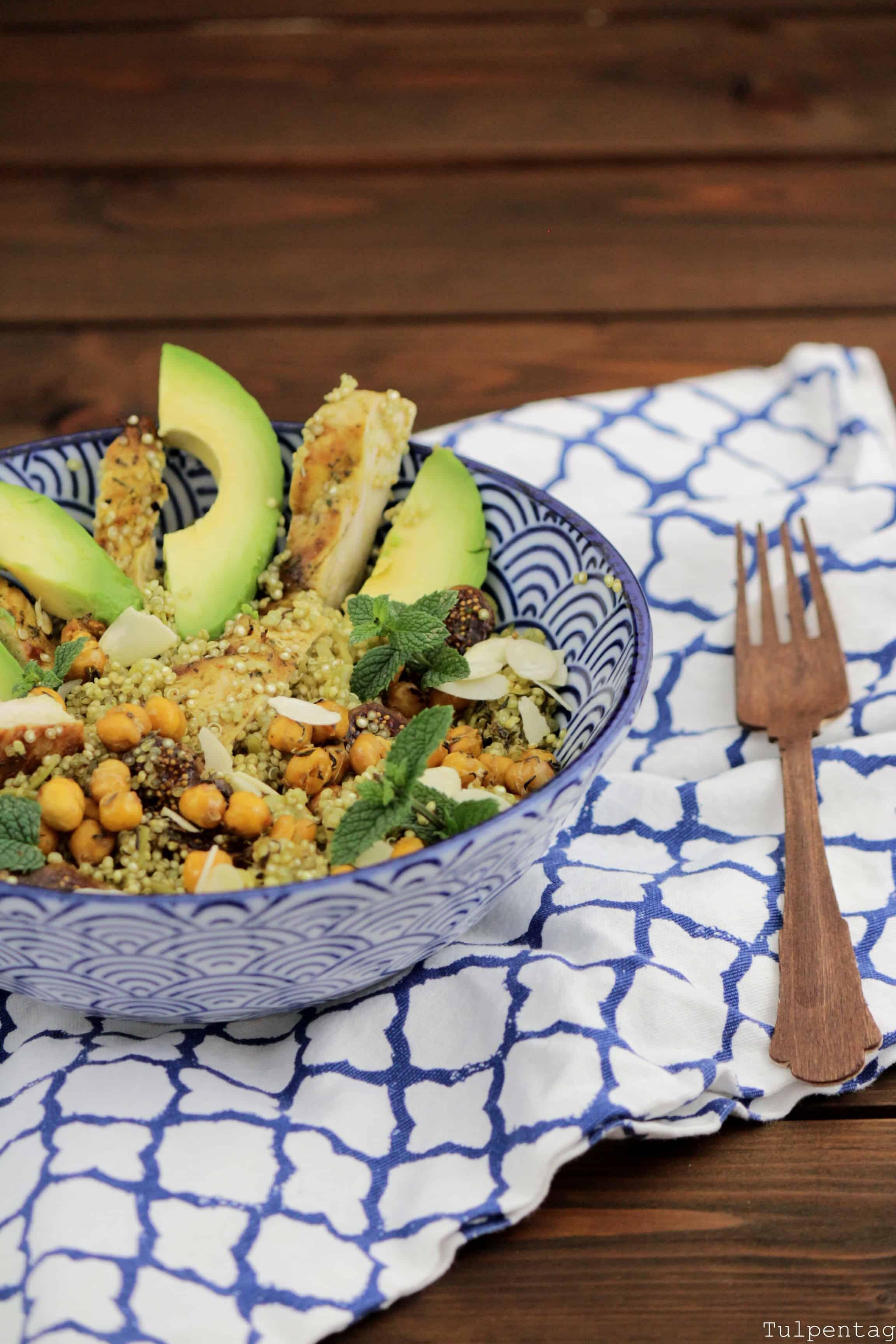 Quinoa-Salat mit Hähnchen, Kichererbsen und Feigen. Sommerlich, frisch und aromatisch.