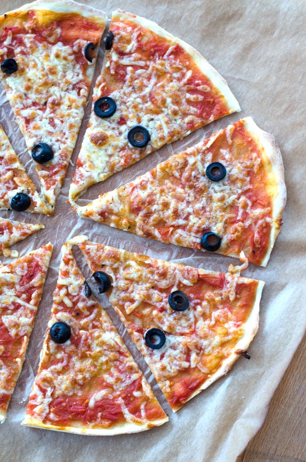 leckere Pizza mit knusprigem Hefeteig. #synchronbacken Pizzateig