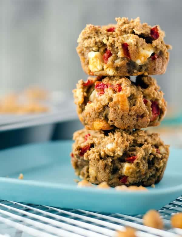 kalorienarme Hafermuffins mit Feta und Paprika. Perfekt zum Mitnehmen, nur 121 Kalorien/Stück! //low calorie oatmuffins with feta and red bell pepper. Recipe also in english!