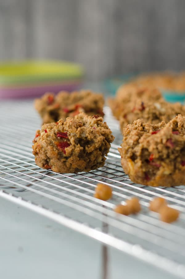 kalorienarme Hafermuffins mit Feta und Paprika. Perfekt zum Mitnehmen, nur 113 Kalorien/Stück! //low calorie oatmuffins with feta and red bell pepper. Recipe also in english!