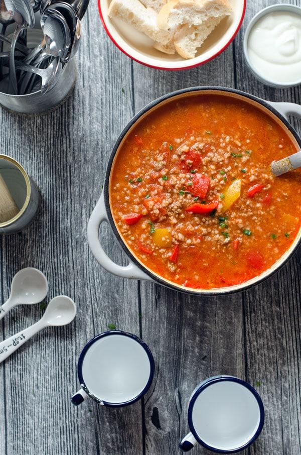 Ein Topf mit gefülltet Paprika-Suppe von oben fotografiert