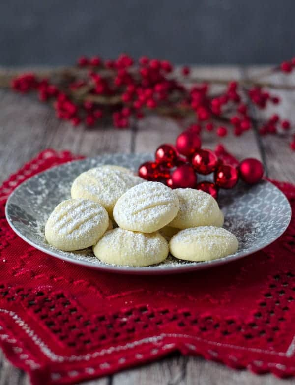 unglaublich zarte Schneeflöckchen Kekse. Sehr fein und gar nicht kompliziert zu machen. German snowflake cookies. Very tender and easy to make. Recipe also in english!