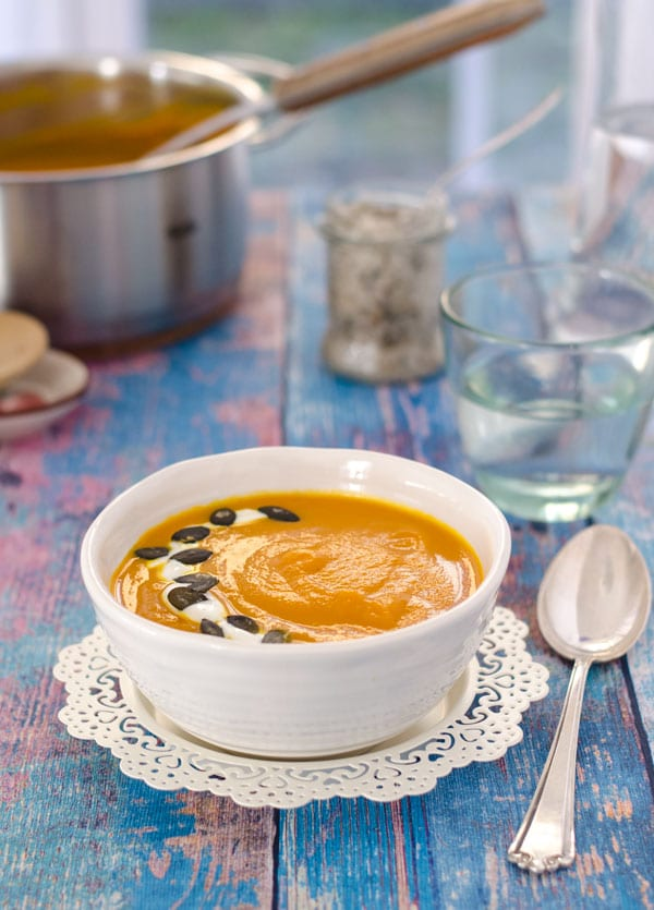 leichte Kürbis-Karottensuppe mit rotem Curry. Schnell gemacht, wenig Kalorien, schön würzig! // easy pumpkin-carrotsoup with red curry paste. Recipe also in english!