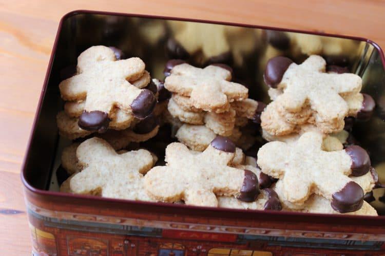 Nussmännchen Kekse in einer Keksdose