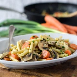 Curry-Pasta mit Karotten, Hähnchen, Champignons und Frühlingszwiebeln. Würzig, cremig und kalorienarm. Recipe also in english!