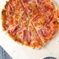 Köstliche fluffig, knusprige Pizza mit Pizzateig aus Manitoba-Mehl
