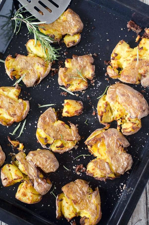 smashed potatoes - zertrümmerte Kartoffeln aus dem Ofen. Ganz einfach zu machen, unglaublich lecker! #smashedpotatoes #ofenkartoffeln #kartoffeln #bbq #grillen #beilage #kalorienarm
