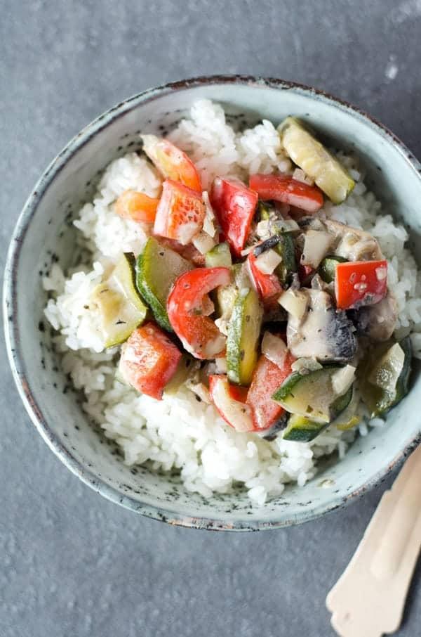Gemüsepfanne auf Reis in einer kleinen Schüssel von oben fotografiert