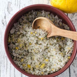 Kräutersalz mit Zitrone, Knoblauch, Rosmarin und Salbei - sale profumato. seasones salt with herbs, lemon and garlic. Recipe also in english!