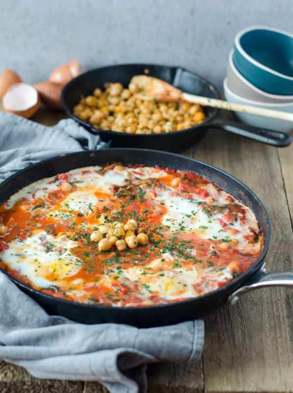 Shakshuka mit Kichererbsen und Spinat. Einfach, kalorienarm und grandios lecker. Shakshuka with chickpeas and spinach. Low calorie! Recipe also in english!