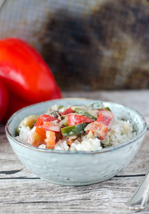 Nahaufnahme von Gemüsepfanne mit Reis in gesprenkelter Schale