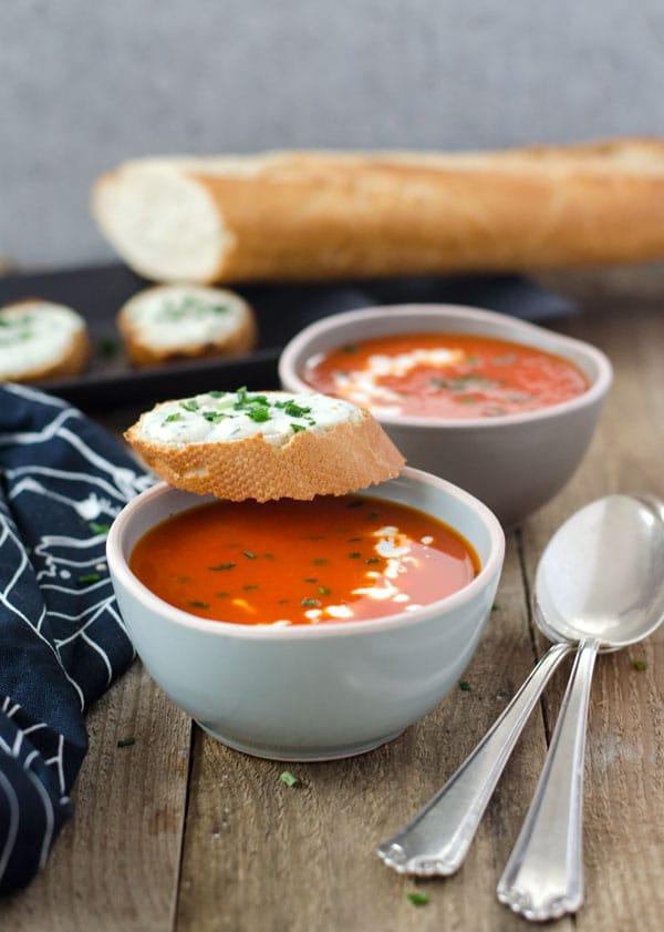 kalorienarme Paprika-Orangensuppe mit Schafskäsecrostini. Wenig Aufwand, toller Geschmack. Bell-pepper-orange soup. Easy, low calorie and very tasty! Recipe also in english!