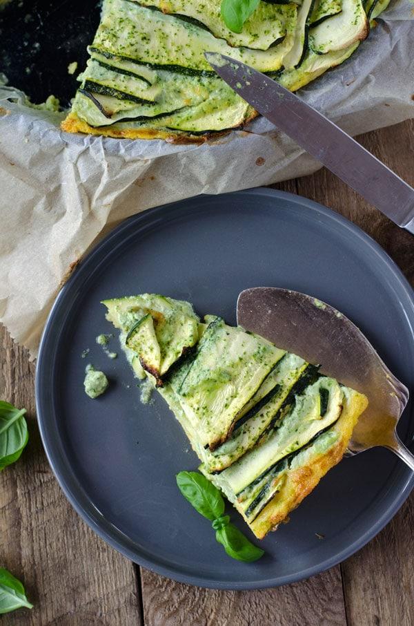 kalorienarme Zucchinitarte mit Basilikumcreme. Köstlich, würzig, cremig. Recipe also in english!