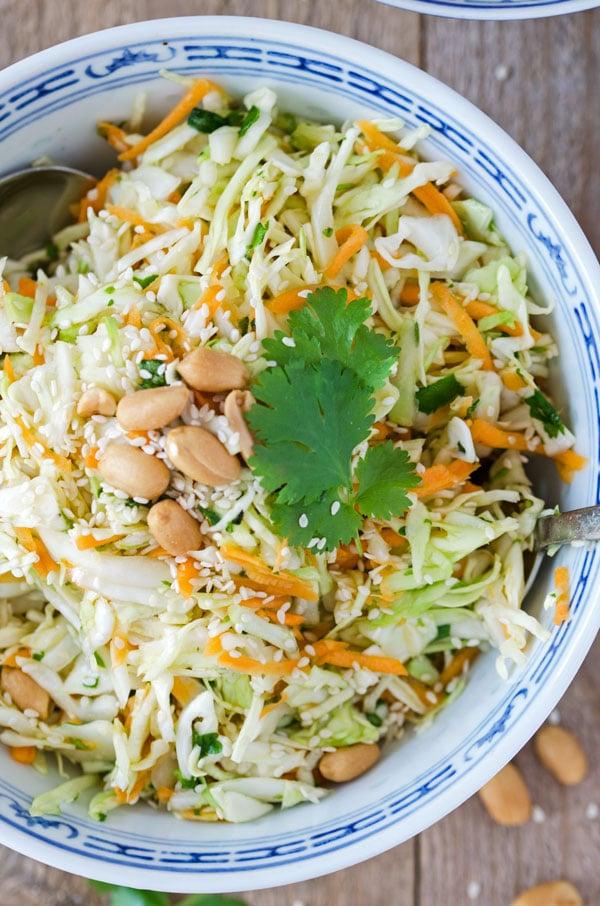 köstlicher, kalorienarmer Asiatischer Krautsalat. Ganz einfach gemacht, wunderbar knackig, einfach verdammt gut. //Asian coleslaw. Low calorie, easy to make from scratch. Recipe also in english!